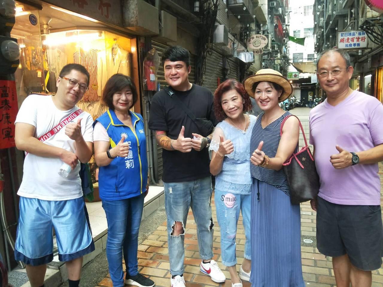 單親媽養大的陳韋強,曾獲家扶幫助,他全台義賣漢堡,還手刺母親畫像,為了感謝恩情。...