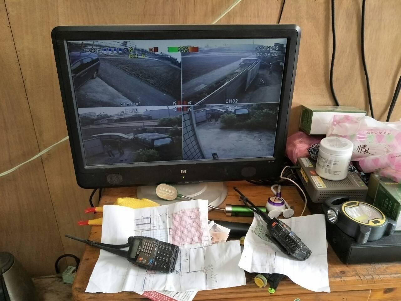 警方查獲逃逸移工宿舍內,隨時有監視螢幕監控外來人車。記者林佩均/翻攝