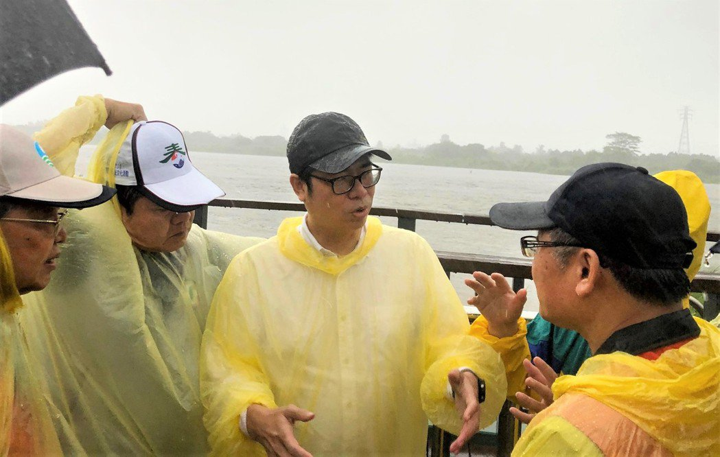 白鹿颱風今天下午在屏東縣滿州鄉登陸,行政院副院長陳其邁(中)下午冒著風雨先後視察...