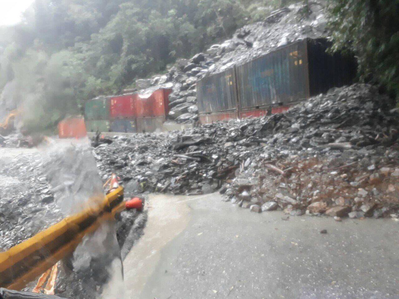台8線中橫公路148公里處的華祿溪橋段,今天不時發生土石坍方。圖/新城警分局提供