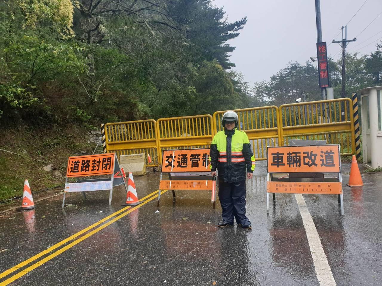 花蓮新城警分局配合公路總局,今冒雨在台8線中橫公路執行預警性封路。圖/新城警分局...