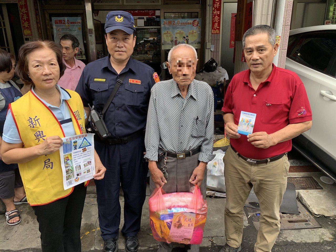 高雄市警新興分局結合里長和志工,今天趁颱風來襲前,發送防颱物資給獨居老人。記者林...