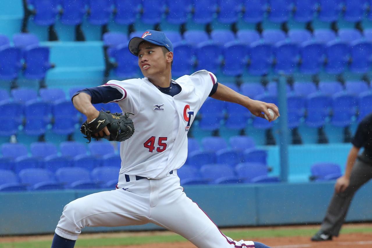 中華隊推出左投林昱珉先發,前2局被敲出1支二壘打,還投出1次保送,但6個出局數都...