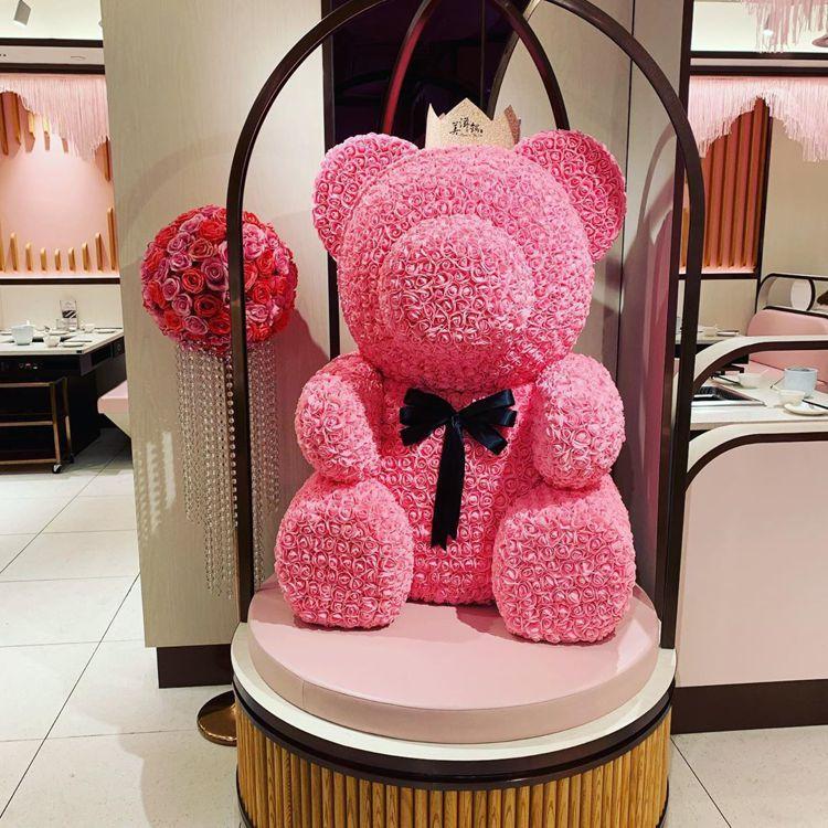 粉色系的設計與大型粉色小熊是「美滋鍋」店內的一大特色。圖/摘自IG:ui_c_s...