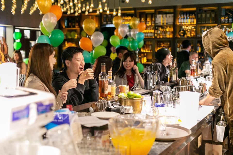 新光三越台北信義A9威士忌酒吧「小後苑」,晚間7、8點後的業績,占全日業績7成,...