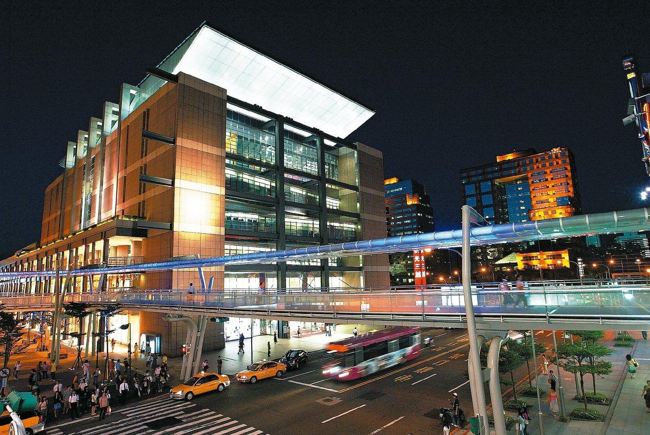 信義商圈人行空橋串連各據點,讓消費者逛街更輕鬆方便,也是信義區百貨商場群聚的優勢...