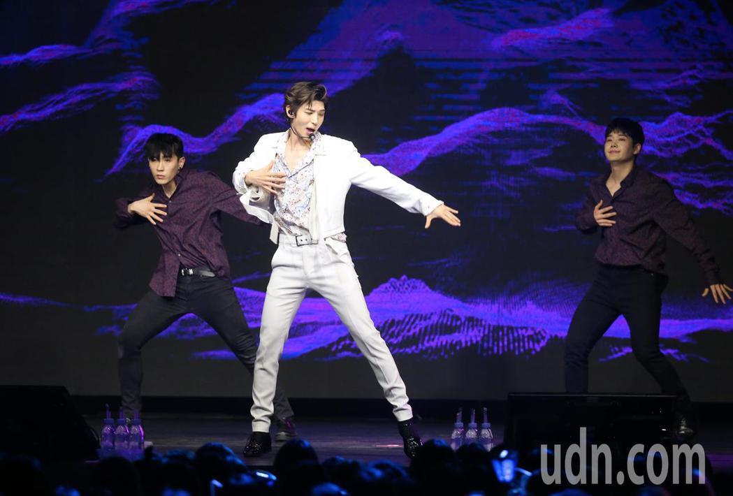 韓團VIXX主唱LEO(中)在大直ATTSHOW BOX舉行首次台灣個人演唱會。...