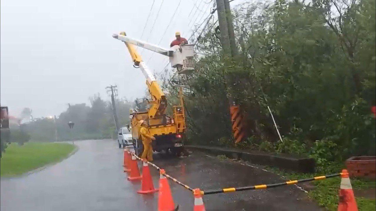 台電搶修人員在風雨中搶修。圖/台電屏東區營業處提供