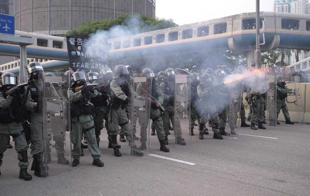 防暴警察發射催淚彈驅散示威者。圖:星島日報網站