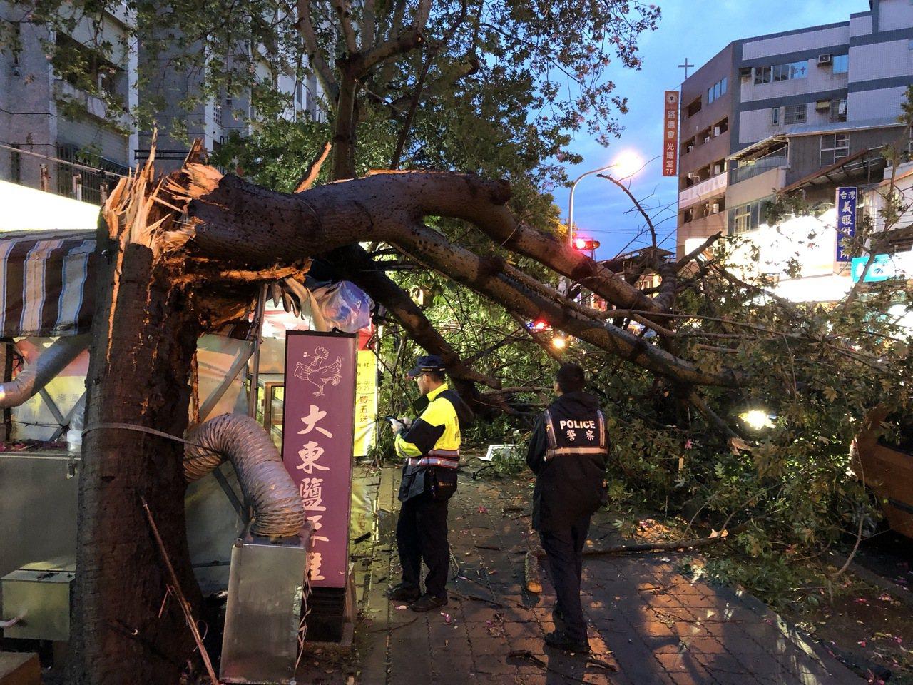 台南市警六分局大林派出所員警到場處理,確認現場無人受傷,虛驚一場。記者邵心杰/攝...