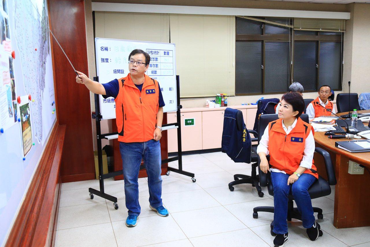 台中市長盧秀燕傍晚到颱風應變中心視察,盧秀燕從昨天到下周一都沒有公開行程,被外界...