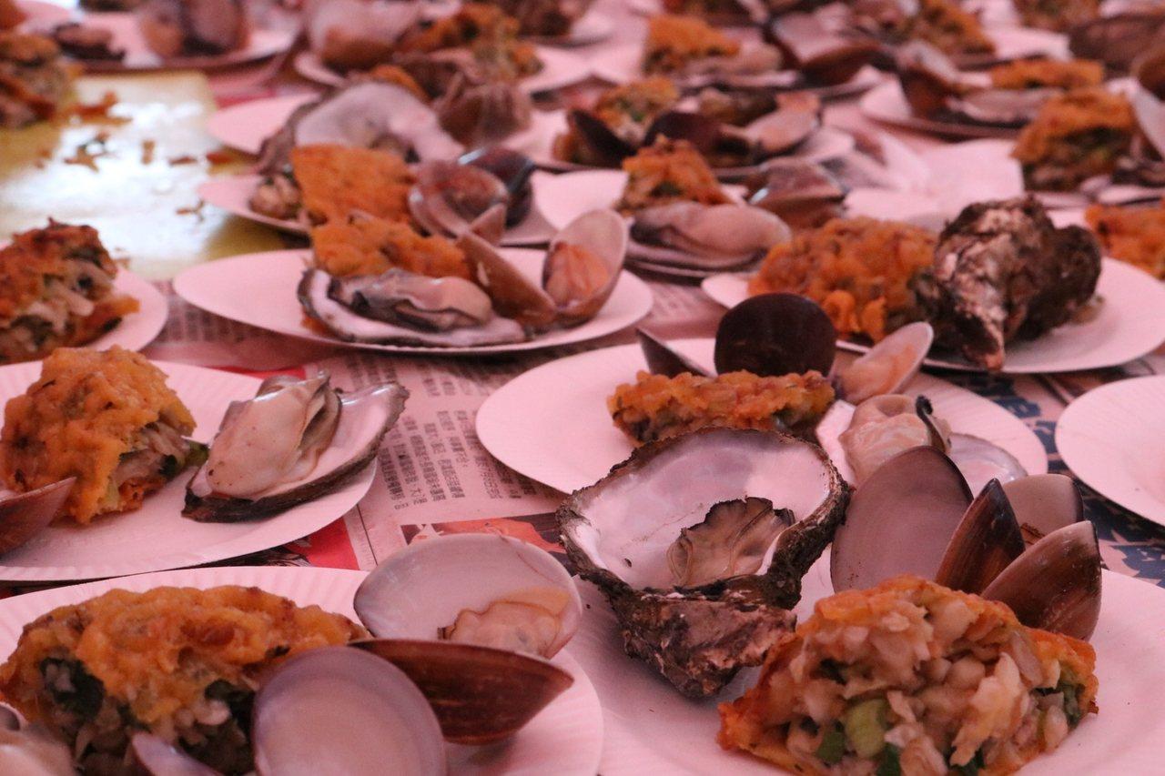 蚵嗲加上烤蚵的風味絕佳,很多人沒吃過,口湖產業嘉年華會讓遊客嚐鮮呷免驚。記者蔡維...