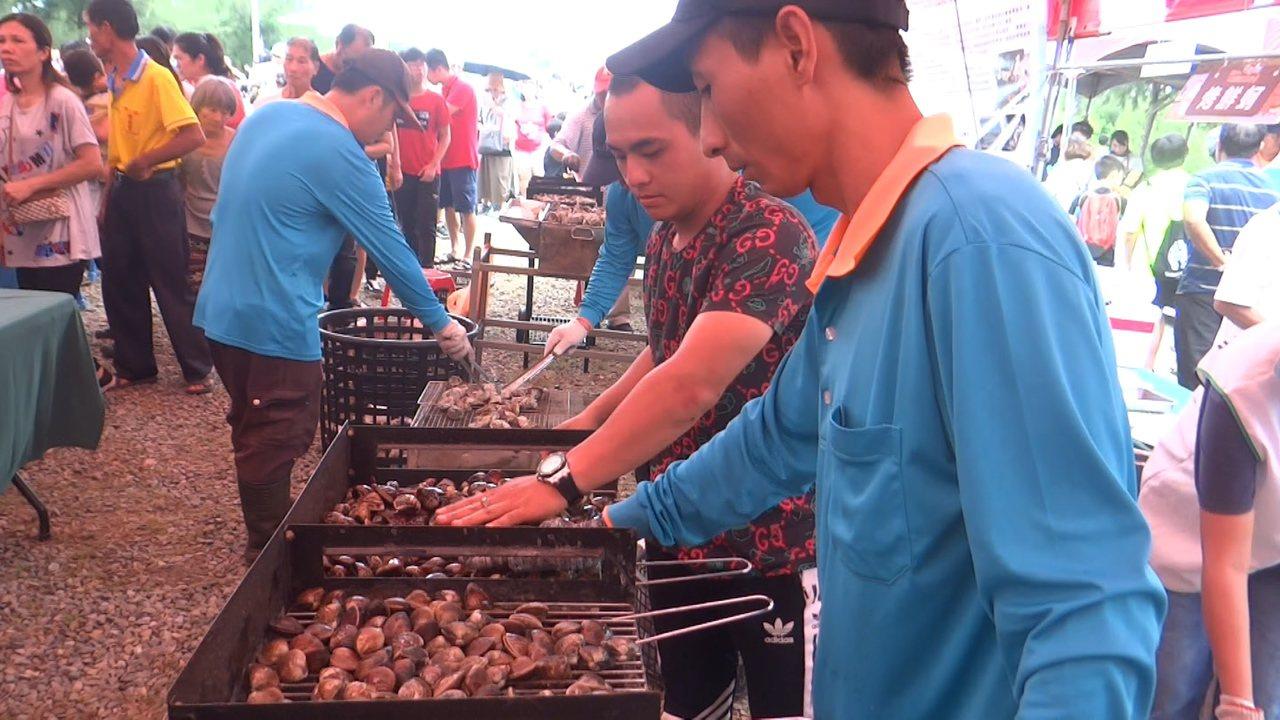 現烤現吃的文蛤和蚵,超香超甜,口湖鄉產業嘉年華會的烤蚵和烤文蛤讓遊客免費吃。記者...