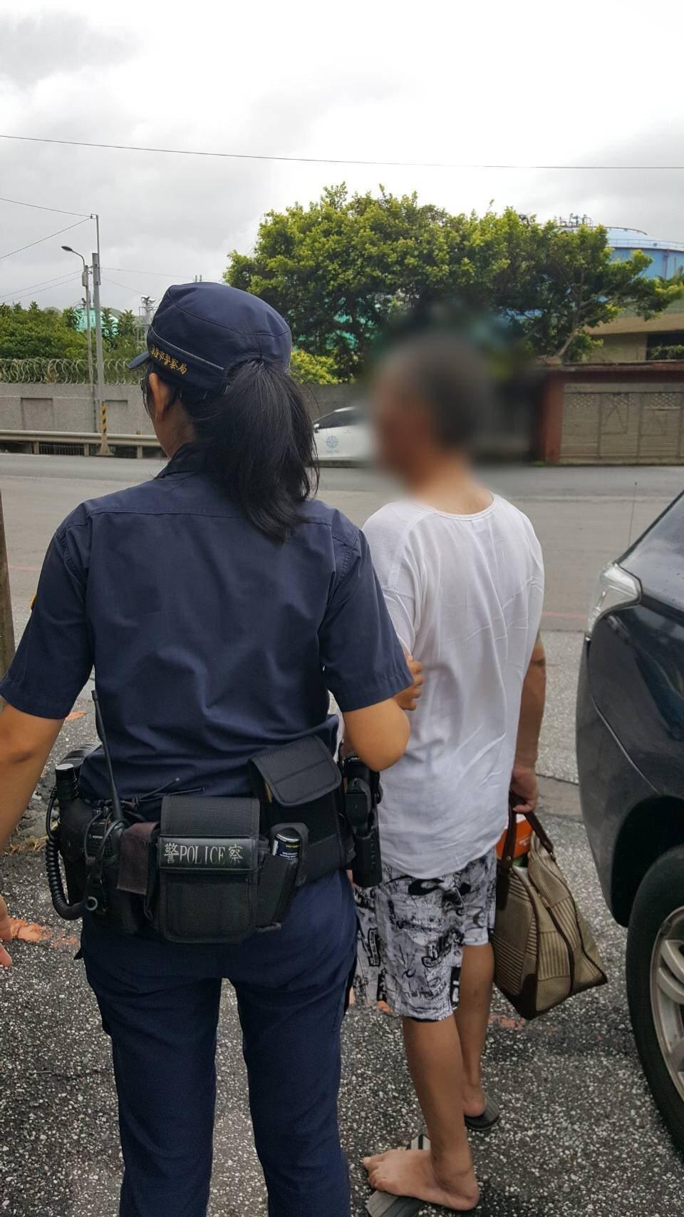 颱風天老翁身上剩百元求助基隆警,女警溫馨送回新北市瑞濱。記者游明煌/翻攝