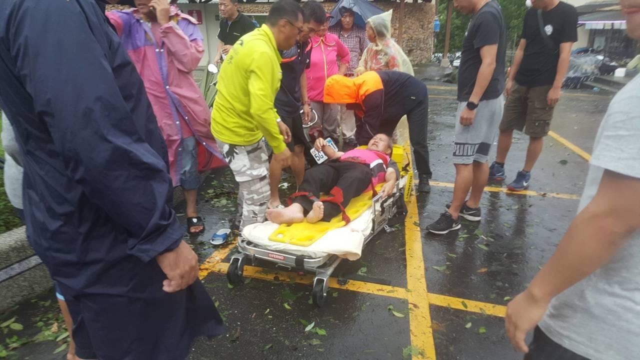 日月潭路樹倒塌壓傷兩名路人,送醫急救幸好沒有大礙。圖/讀者提供