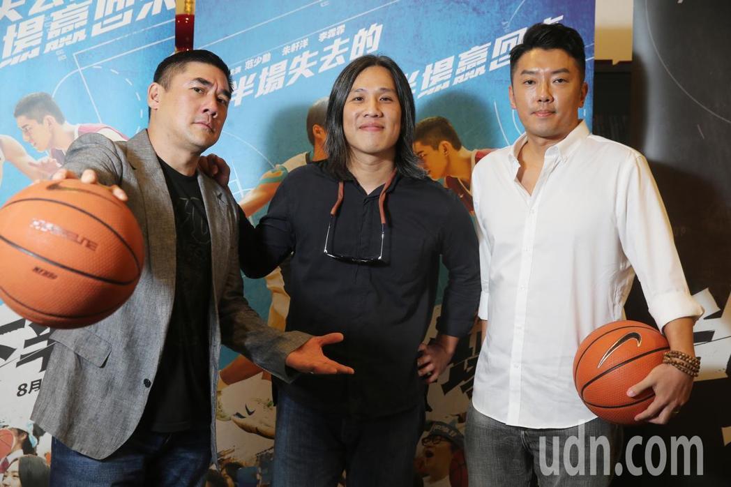 「下半場」演員吳大維(左)、段鈞豪(右)與導演張榮吉共同受訪,暢談青春時期打籃球