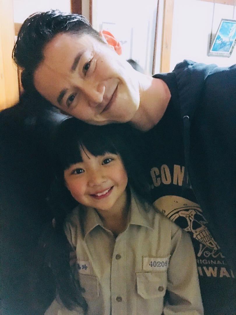 吳慷仁在劇中是個幫助「小嘉玲」吳以涵編織夢想的角色。圖/摘自臉書
