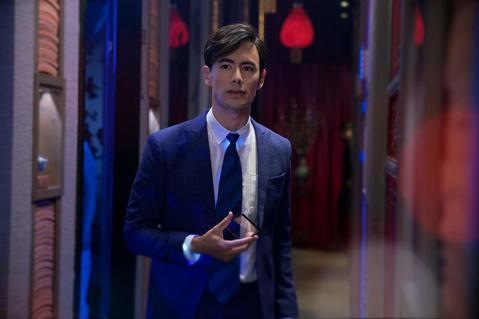好萊塢積極拉攏亞裔市場,釋出更多的主要角色給亞裔演員,但真正來自亞洲的紅星受限於英語能力,不一定會受到重用,反而一群從小在歐美長大、英語流利又無口音的亞裔趁勢崛起,尤其以馬來西亞與英國混血的「瘋狂亞...
