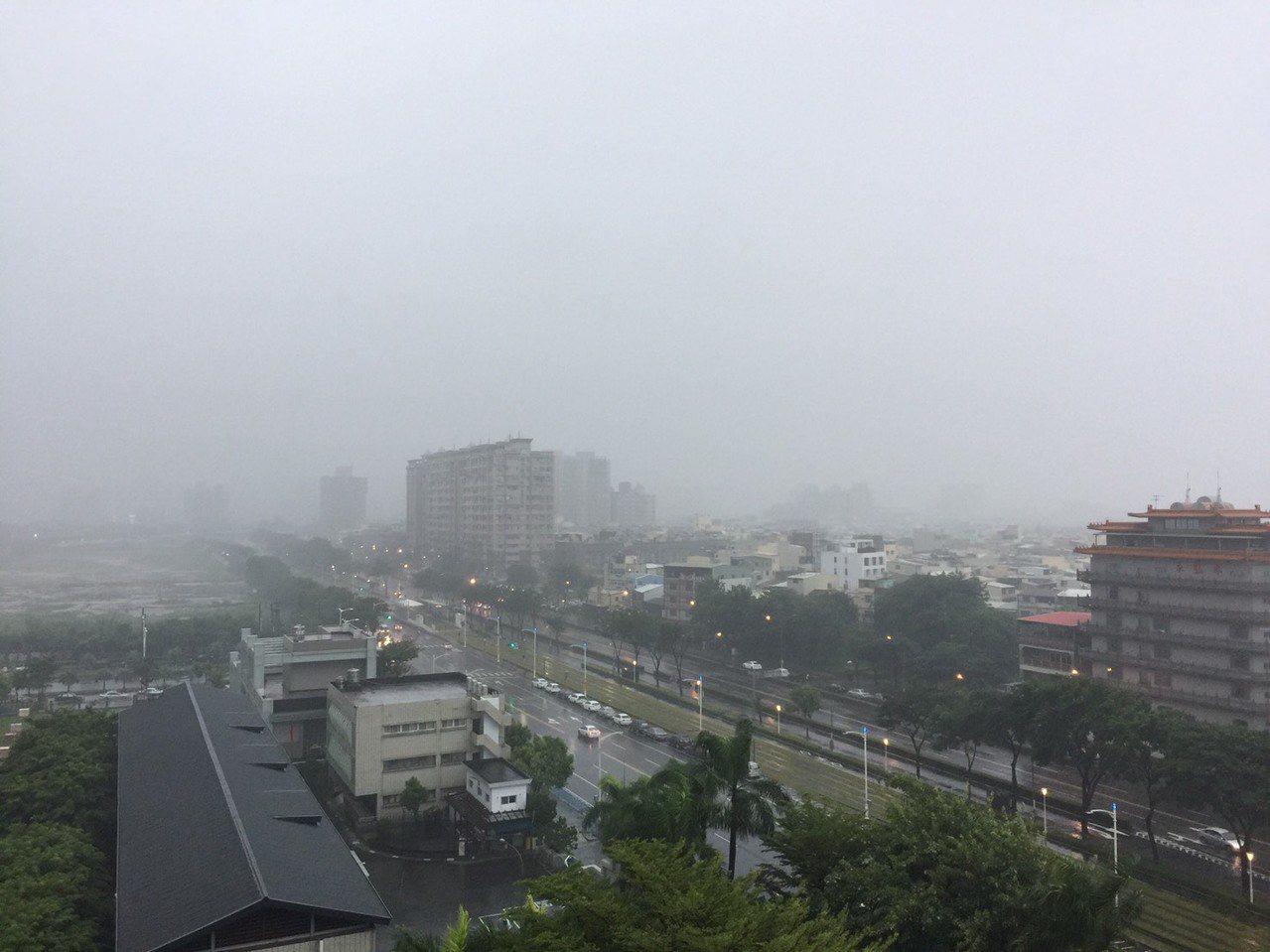 白鹿颱風造成高雄逾萬戶停電,路樹50多處倒塌。記者楊濡嘉/攝影
