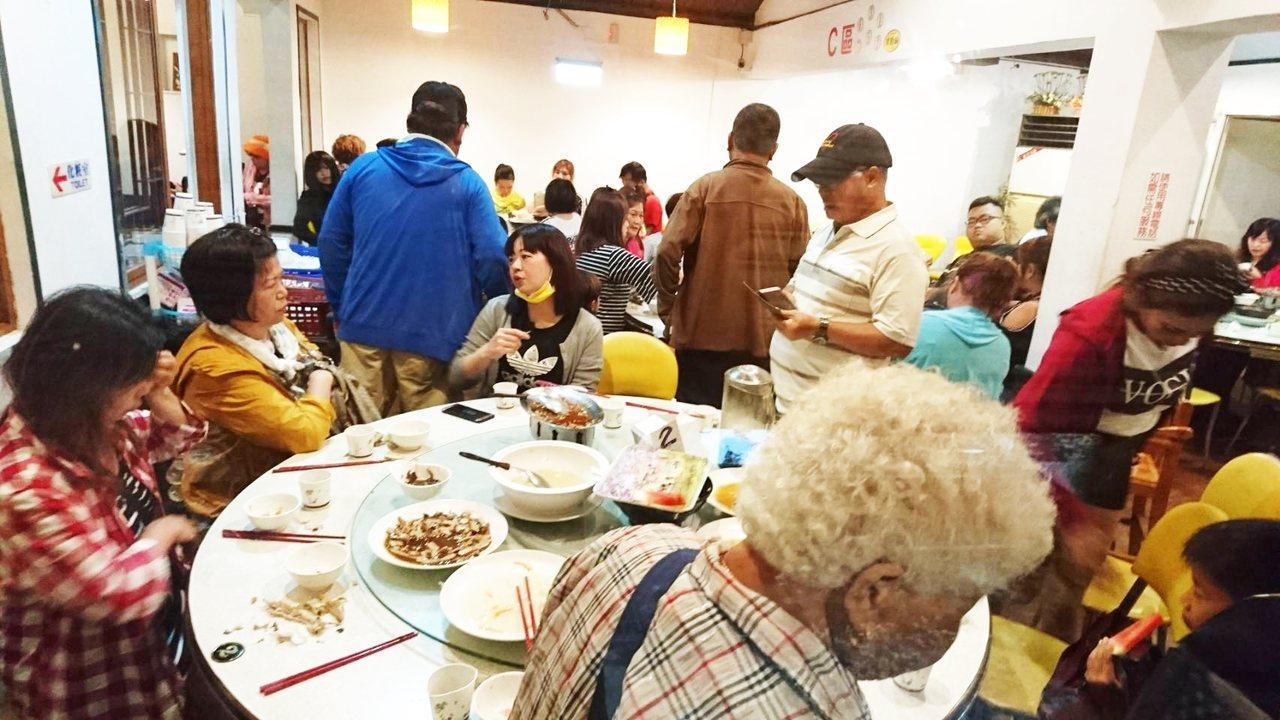 白鹿來襲,台東縣太麻里鄉的後山傳奇餐廳中午生意爆滿,都是颱風天仍出遊民眾及陸客團...