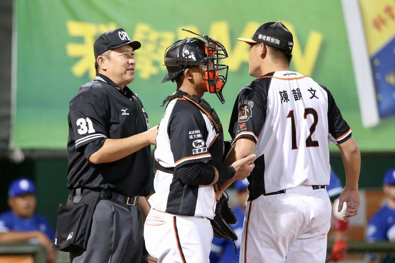 陳韻文(右)8局上結束時,對主審碎唸好球判決。記者林伯東/攝影