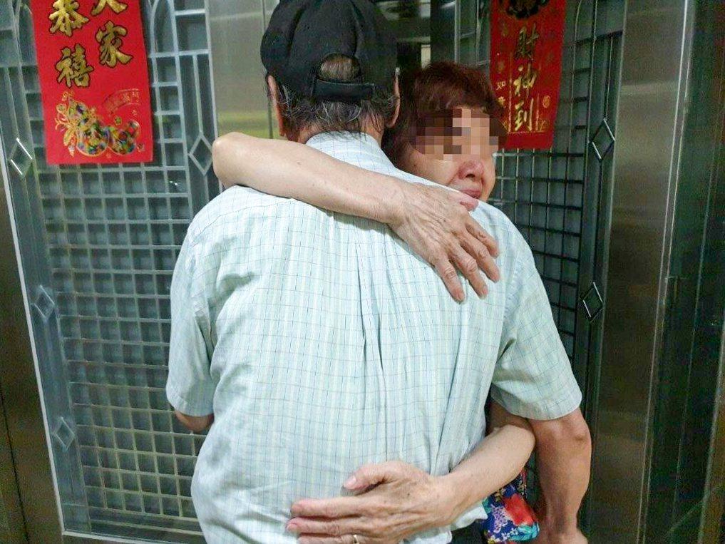 林姓老翁日前走失獲警尋回,妻子見到他後相擁而泣。記者蔡翼謙/翻攝