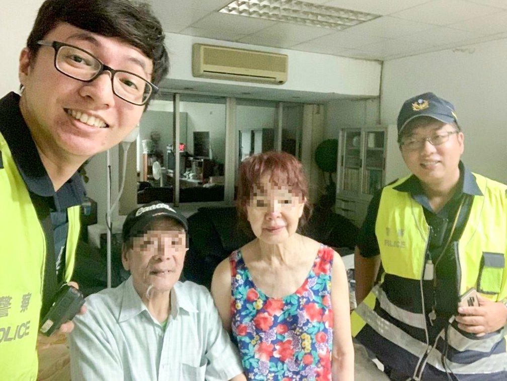 林姓老翁(左2)罹患失智,日前走失獲警方尋回。記者蔡翼謙/翻攝