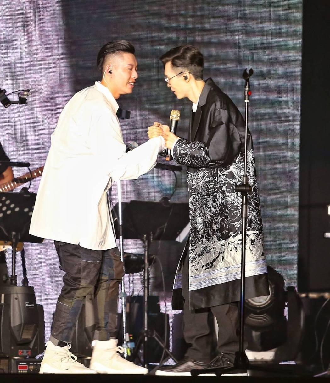 方大同與蛋堡今天於台北小巨蛋合體演出。記者曾原信/攝影