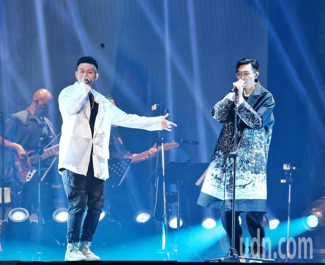 方大同(右)靈心之子演唱會於台北小巨蛋舉行,而歌手蛋堡(左)也一同演唱六年前一同...