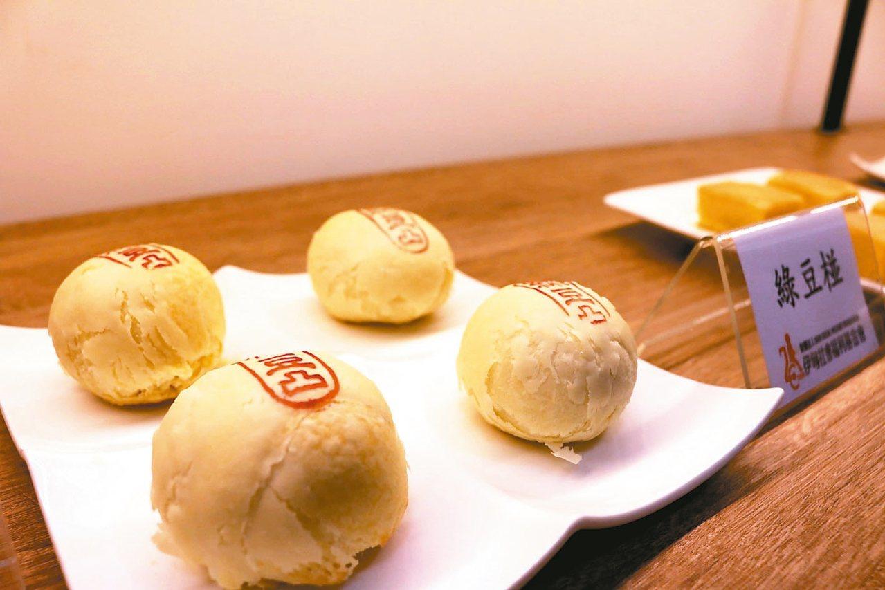 伊甸基金會邀世界冠軍麵包大師王鵬傑指導,研發綠豆椪月餅等。 記者喻文玟/攝影