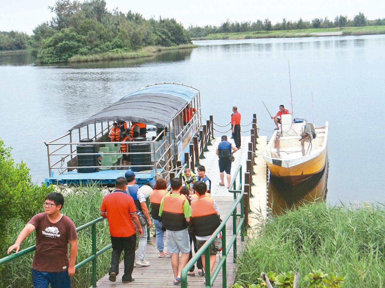 有小日月潭之稱的口湖鄉椬梧滯洪池首度開放搭船遊湖,吸引大批遊客欣賞美麗的湖景。 ...