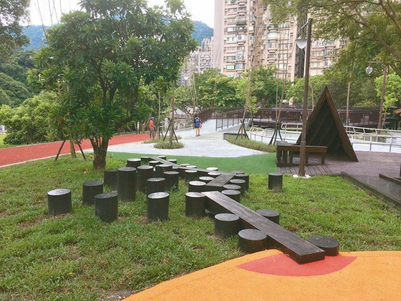 南港公園遊戲場分為五大區,結合彈跳、創意、攀爬、速度感及連續性等機能。 記者張世杰/攝影