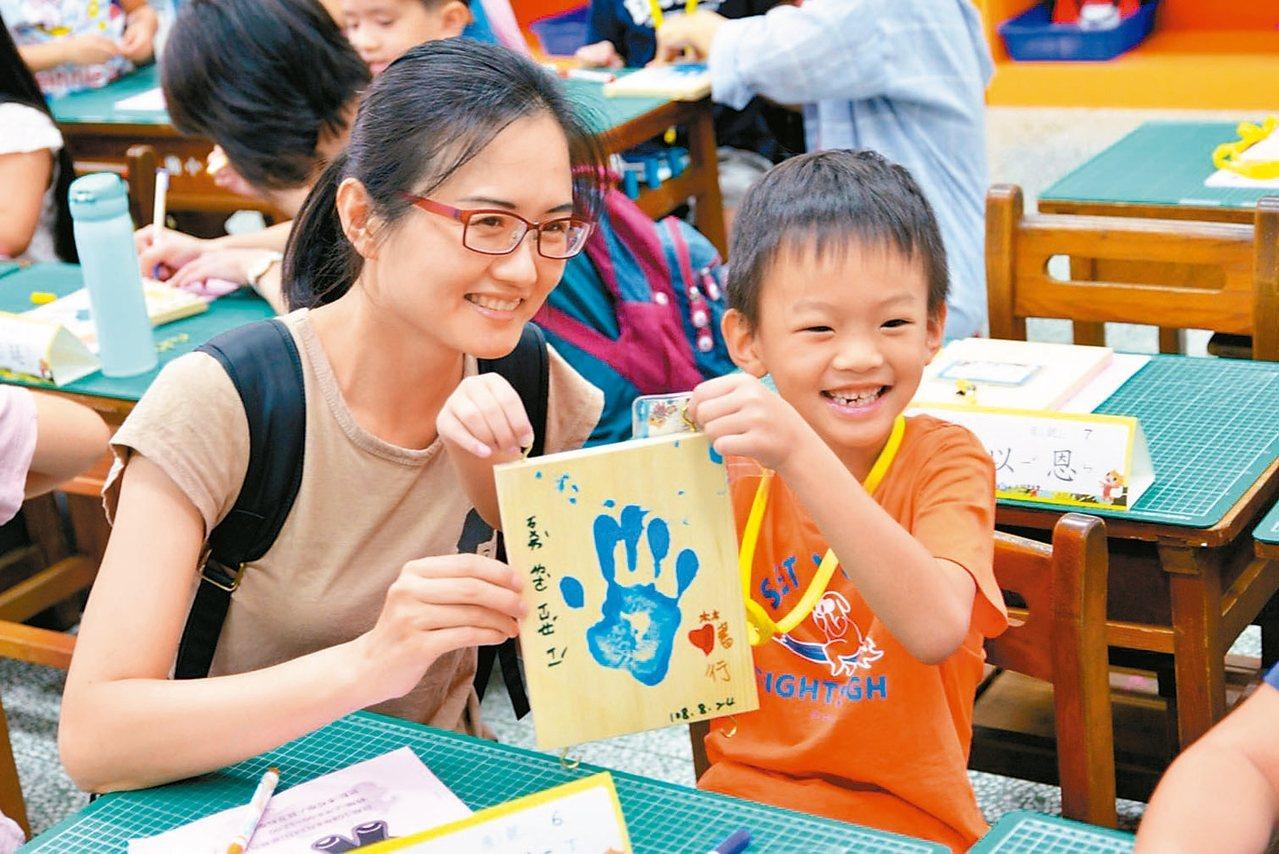 宜蘭縣羅東國小昨天舉辦「108學年小一新生入學式」,小新生們舉起右手,大聲宣誓,...