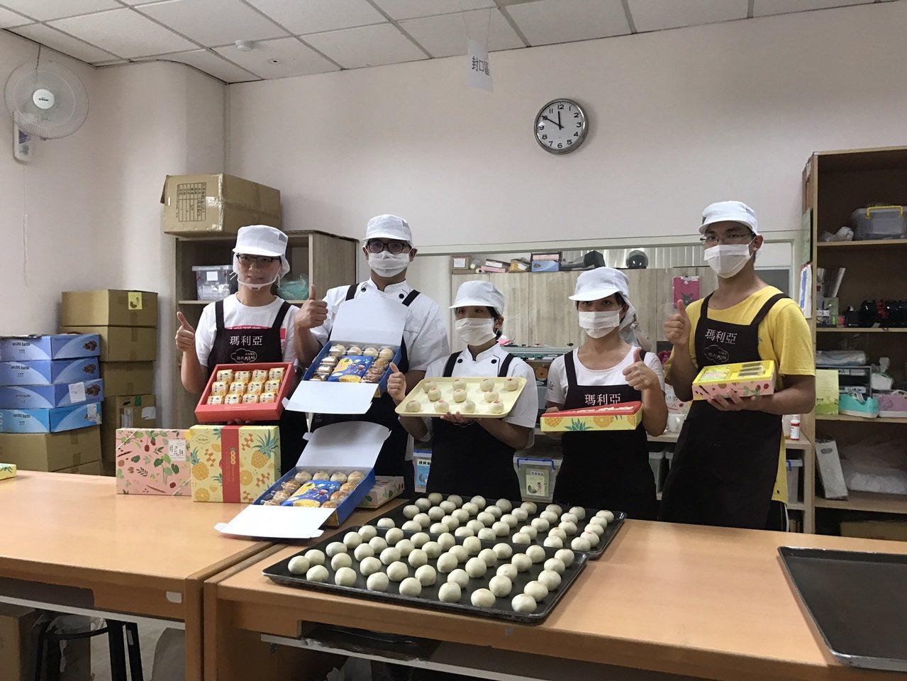 瑪利亞基金會今年推出3款中秋月餅禮盒,所得要用來作為擴園建校的經費。 記者喻文玟...