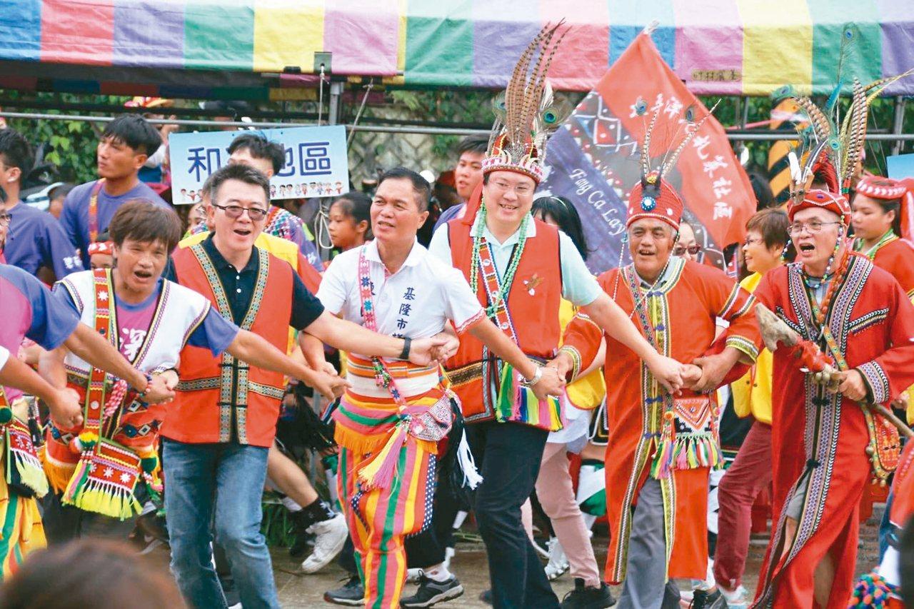 基隆市原住民聯合豐年祭昨登場,市長林右昌(右三)下場和原住民一起跳舞。 圖/基隆...
