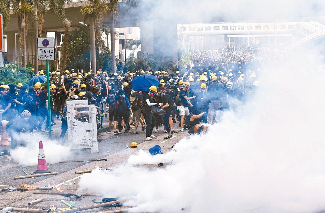 香港警方昨日下午驅散觀塘偉業街一帶示威者,有示威者向警方投擲燃燒彈等雜物,警方施...
