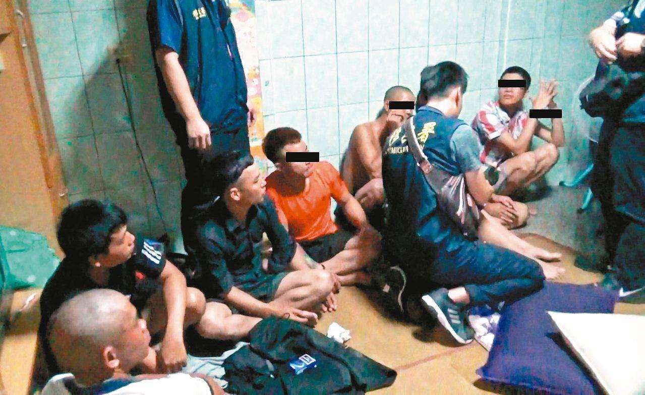 8名逃逸移工晚間高調喝酒開趴太吵遭檢舉,遭檢舉移民署逮捕。 圖/台南市專勤隊提供