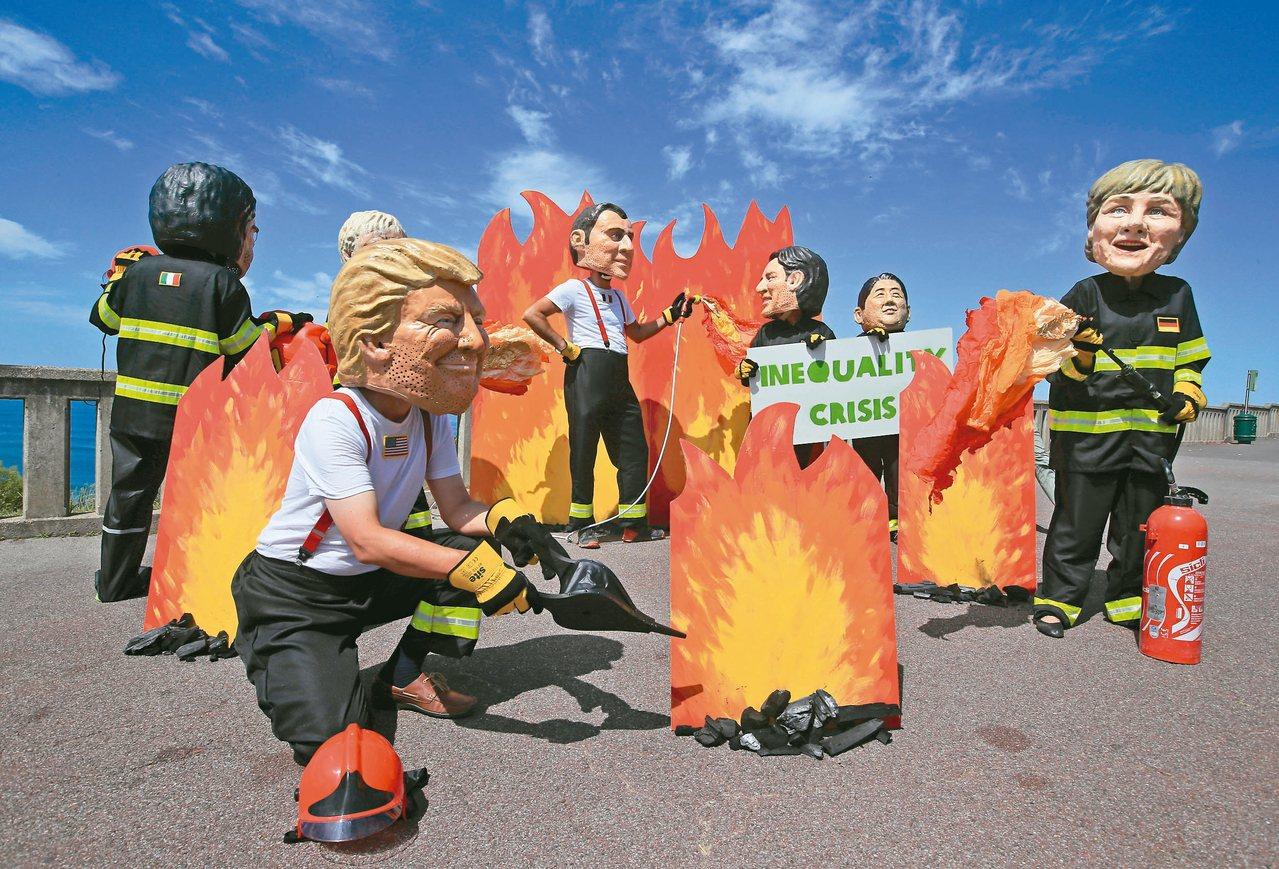 G7峰會在法國比亞里茨舉行,適逢亞馬遜雨林連日大火,維權人士戴上各國領袖的面具上...
