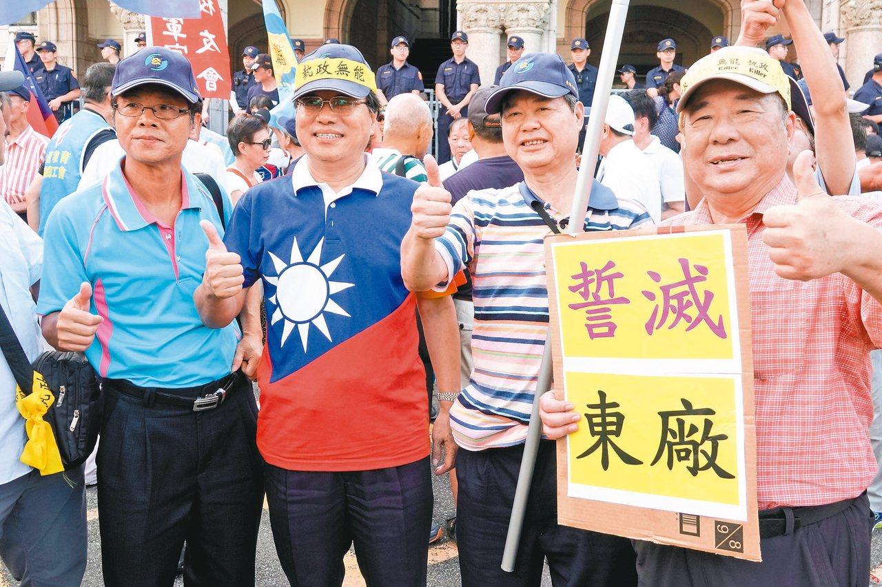 軍公教年改釋憲案做出大部分合憲解釋,反年改團體表達不滿,韓國瑜陣營拋出將採均富原...
