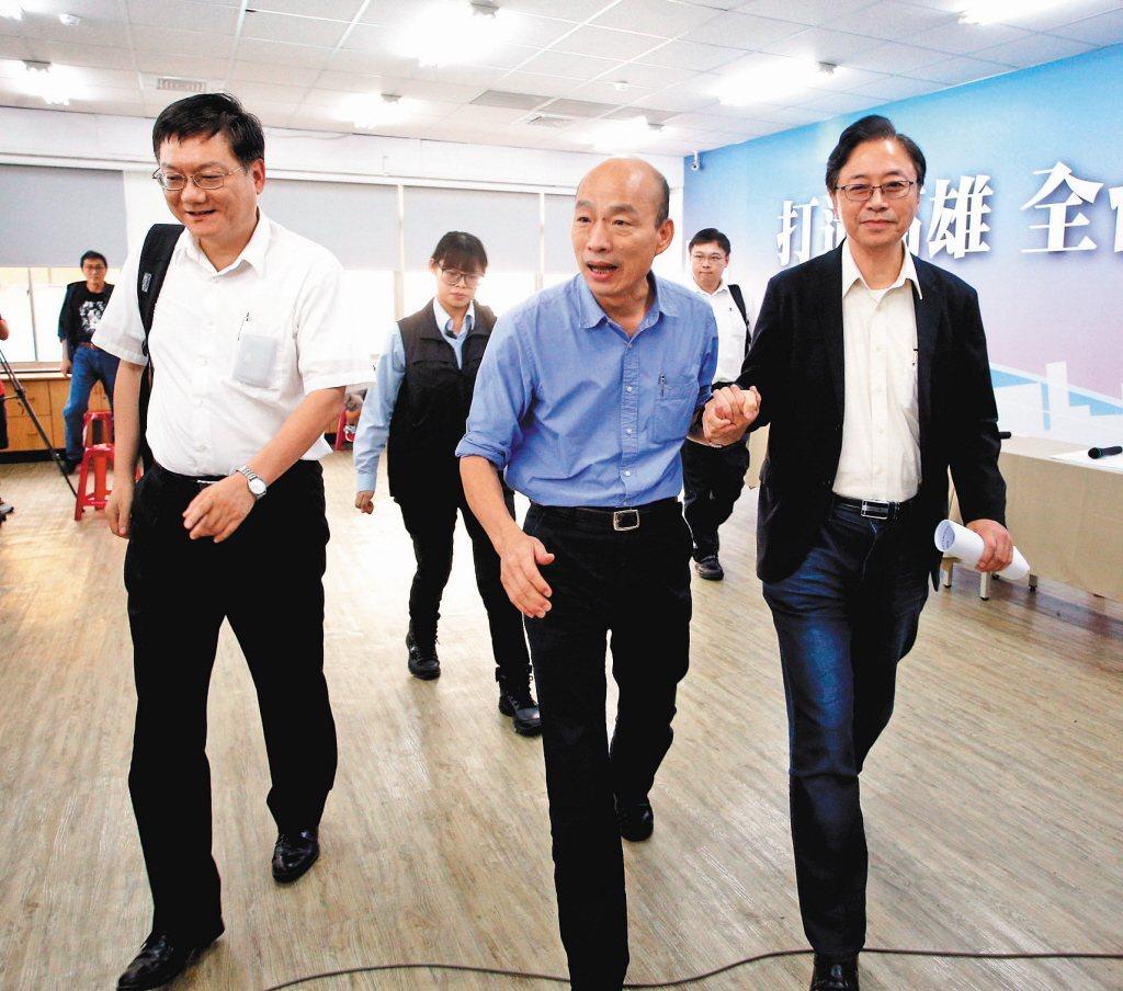 國民黨總統參選人韓國瑜(中)與國政顧問團總召張善政(右)、副總召杜紫軍(左)。圖...