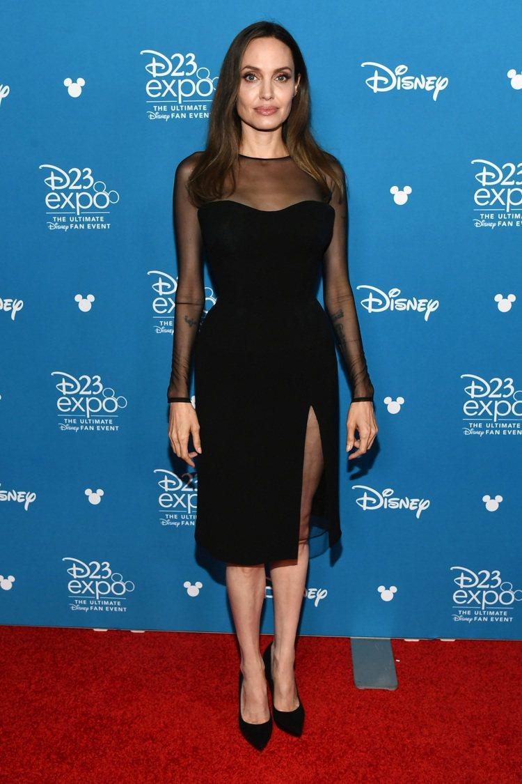 安潔莉娜裘莉穿英國新銳設計師DAVID KOMA打造的黑色小洋裝現身迪士尼D23...