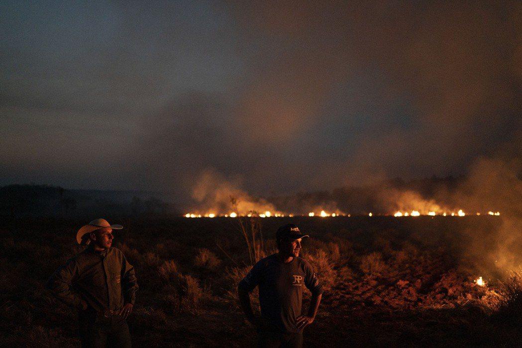 亞馬遜雨林近日發生大規模火災,附近馬托格羅索州23日上空也是濃煙滾滾,火勢熊熊燃...