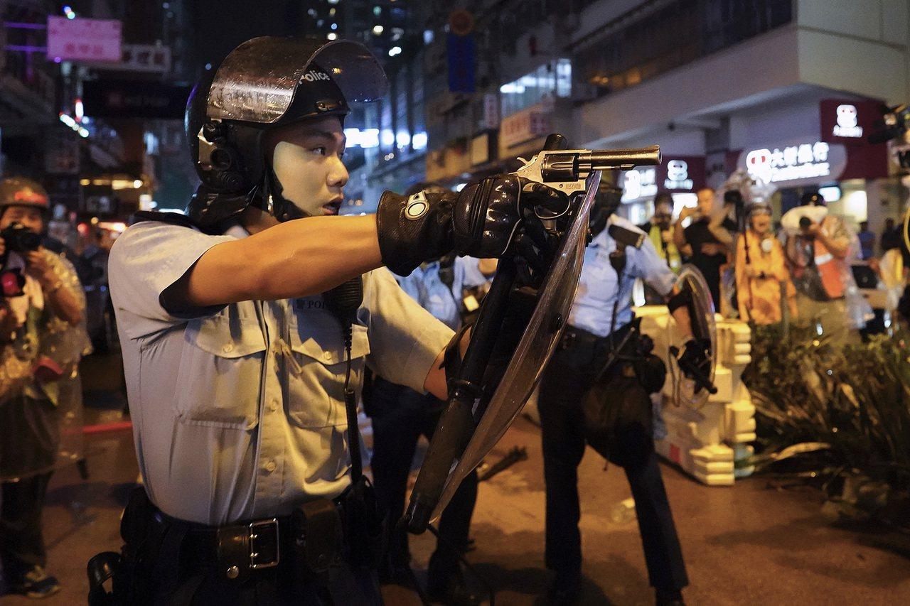 荃灣遊行入夜後演變成警民激烈衝突,晚上8時,有數名警員在沙咀道近大坡坊與示威者衝...