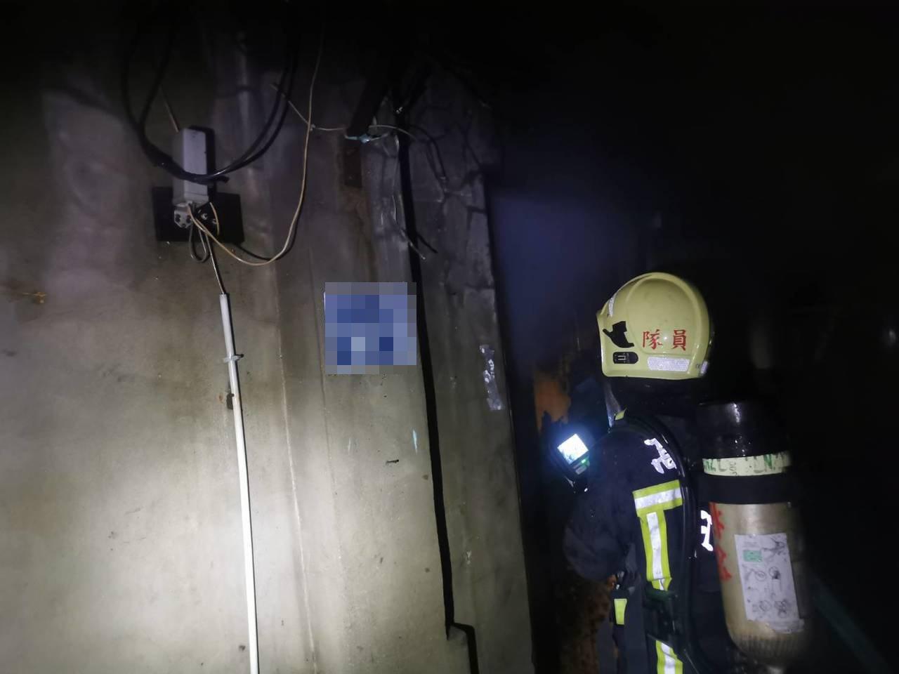 高雄市前鎮區鎮發街上今晚間時發生平房火警,消防人員趕到現場,迅速控制火勢,但屋內...