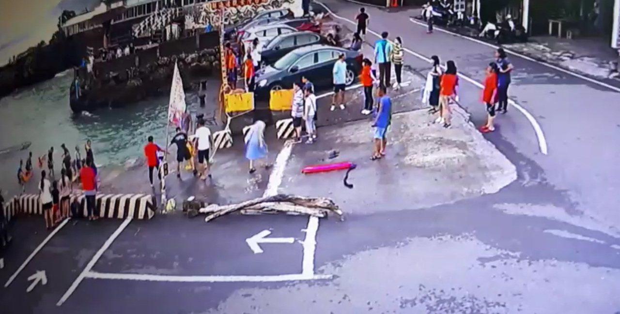 休旅車衝入海中時,附近民眾立刻衝到港邊救人。圖/翻攝畫面