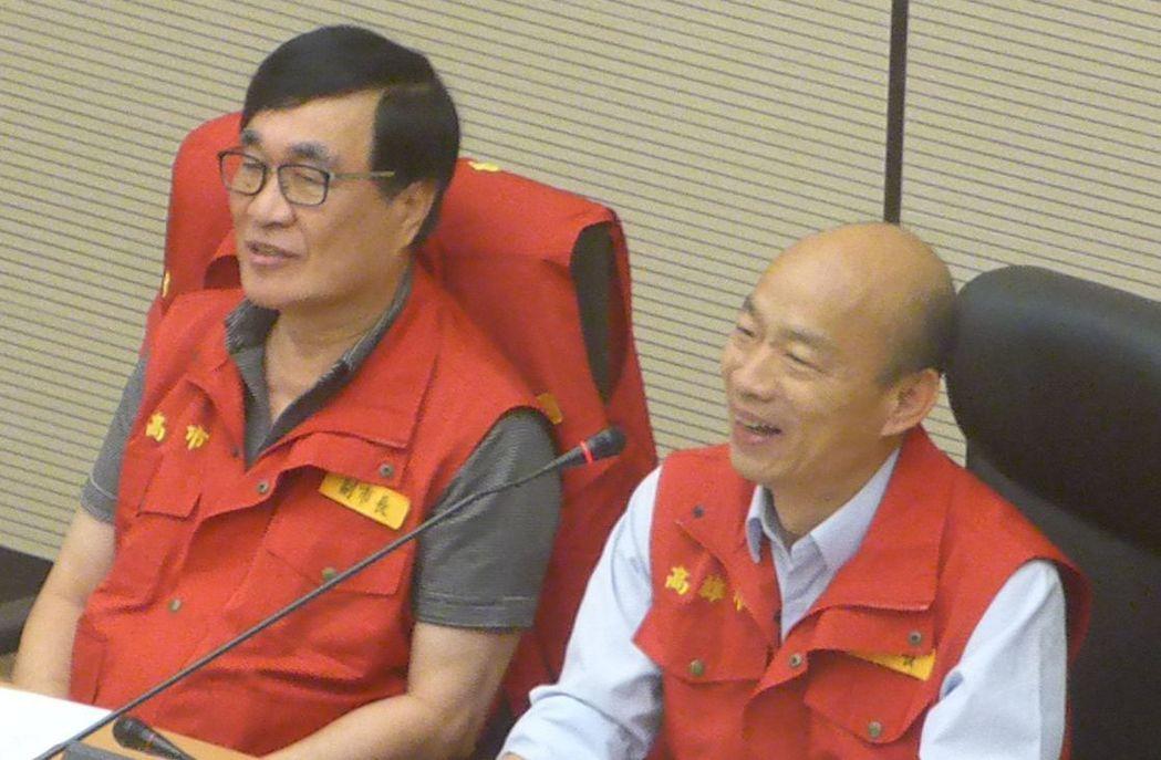 高雄市長韓國瑜(右)日前主持災防會議時,與行政院長蘇貞昌視訊。記者楊濡嘉/攝影