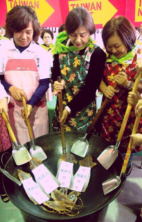 蘇治芬(中)2011年任職雲林縣長時,帶領婆婆媽媽拿起鍋鏟要把「馬英九炒魷魚」。...