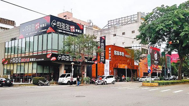 台中市公益路是餐飲一級戰區,帶動店面租售交易熱絡。 記者宋健生/攝