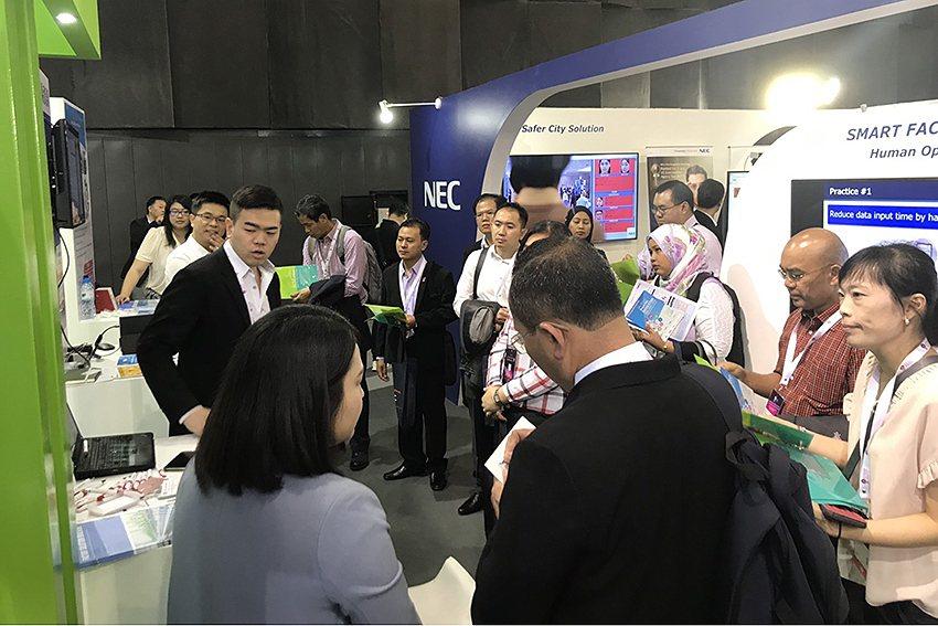 主辦單位DEPA副主席Dr.Monsak帶隊,東協十國代表參訪台灣館。 VISI...