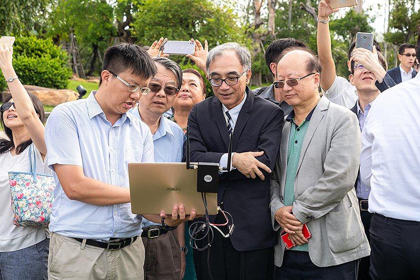 經濟部工業局副局長楊伯耕觀看由無人機船傳回的即時影像。 VISIONTHAI看見...